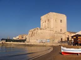 In Sicilia esistono molte torri di vedetta sul mare come questa, la Torre Cabrera, situata a Pozzallo